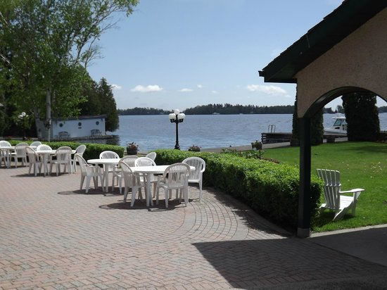 The Gananoque Inn and Spa: Waterfront grounds