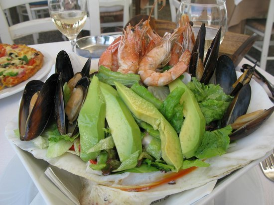El Greco Restaurant Cafe: Seafood salad and a glass of wine at El Greco cafe