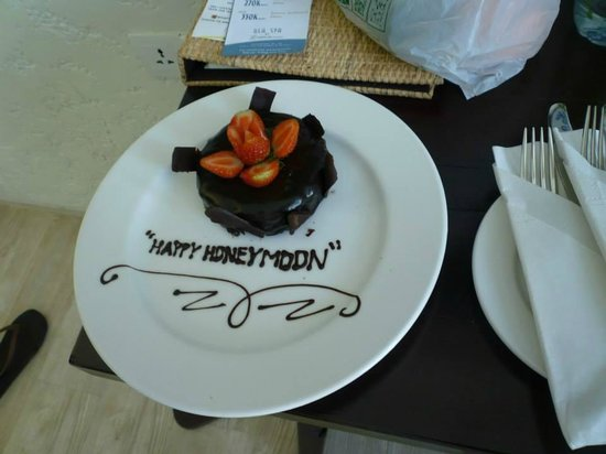 The Akmani Legian: Free choco honeymoon cake