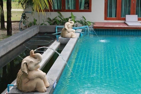 L'esprit de Naiyang Resort : Дальний край бассейна