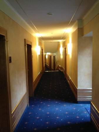 Hotel Torbräu: Second floor corridor