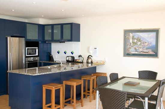 The Reef Beachfront Apartments: Kitchen, Dining