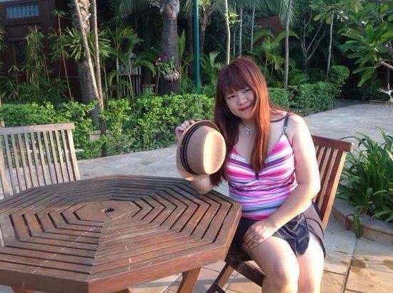 Sokhalay Angkor Villa Resort: Sokunthearykado at swimming pool