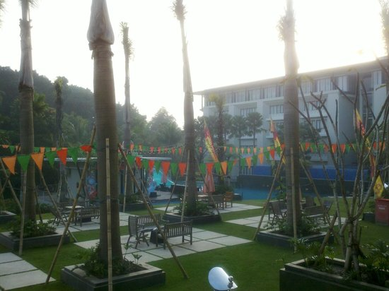 HARRIS Hotel & Conventions Malang: lingkungan pool