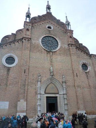 Basilica Santa Maria Gloriosa dei Frari: シンプルな外観