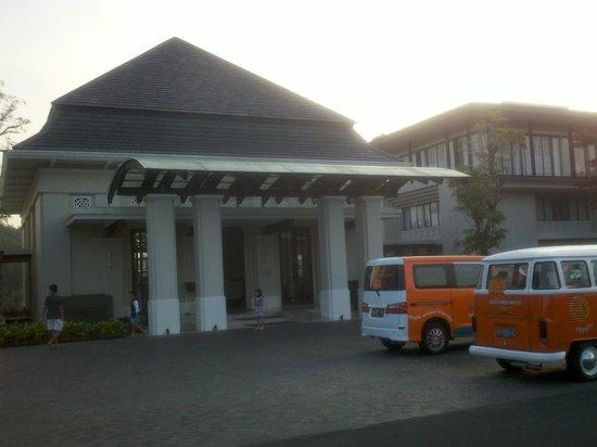 HARRIS Hotel & Conventions Malang: gerbang hotel