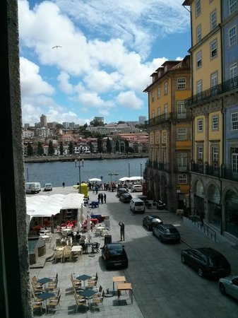 PortoSense : View of the square and river from the Sta Clara room