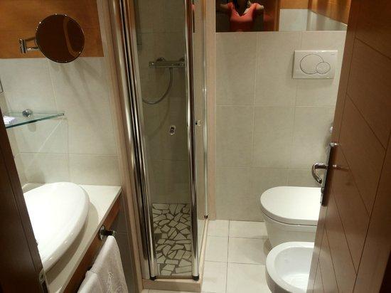 Hotel Lungomare: Bagno moderno e essenziale