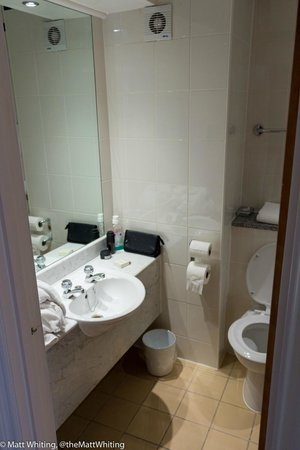 Hilton Cobham: Bathroom