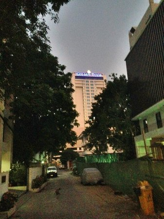 Golden Tulip Sovereign Hotel Bangkok : View from side street