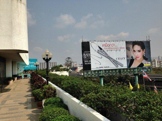 Golden Tulip Sovereign Hotel Bangkok: pool area