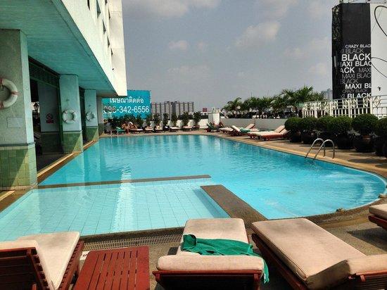 Golden Tulip Sovereign Hotel Bangkok: good size pool