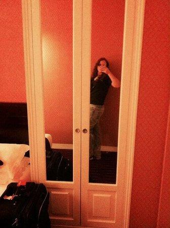 BEST WESTERN De Neuville: Cute closet that doubles as mirrors