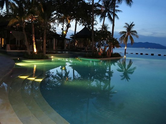 Melati Beach Resort & Spa : evening at the poolside