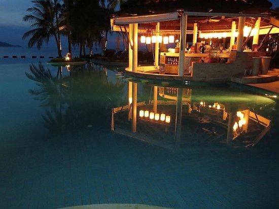 Melati Beach Resort & Spa : the poolside bare