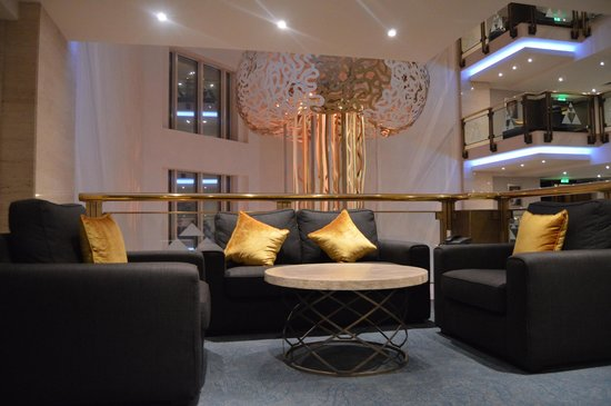 InterContinental Doha: Sitting area on our floor