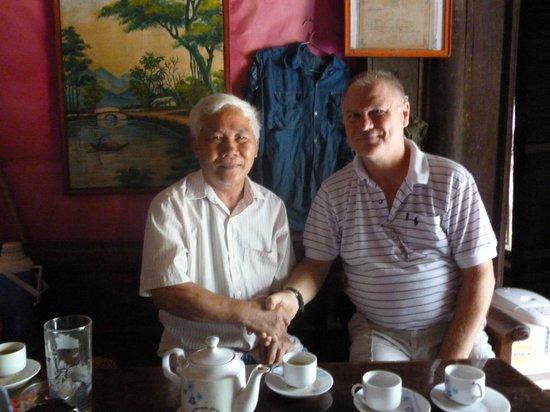 Duong Lam Ancient Village : Two veterans meet