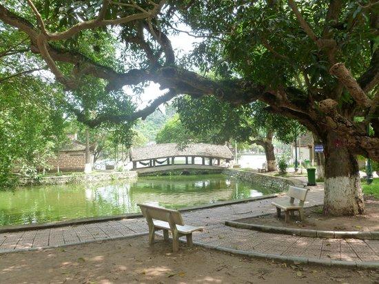 Duong Lam Ancient Village : Chua Thay