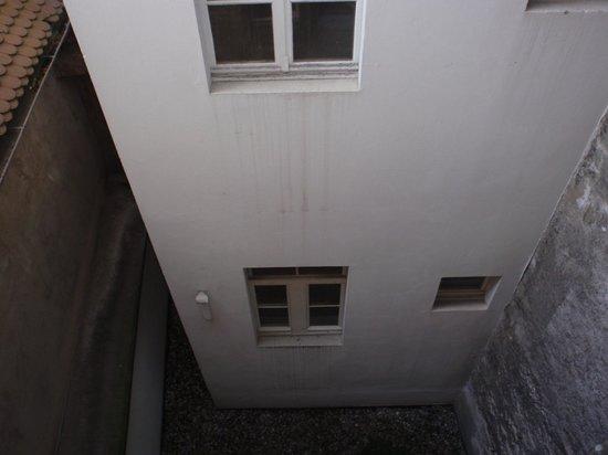 Hotel de la Rose : Patio al que da la habitación hacia abajo