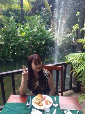 Sokhalay Angkor Resort & Spa: My breakfast by the pond ! Nice restaurant ! Sokunthearykado !