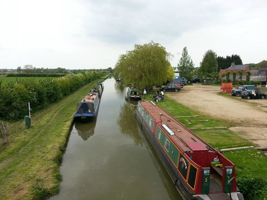 Great Western Arms: View up the Oxford canal from bridge at Aynho