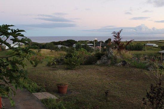 Cabanas Te Pito Kura: Before sunrise, sea view from the window (try to spot a MOAI!)