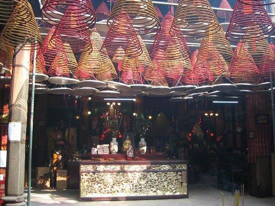 Tin Hau Temple: ぶらさがっているのは線香