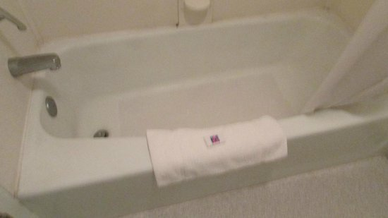 Motel 6 Big Springs: Stains in Tub