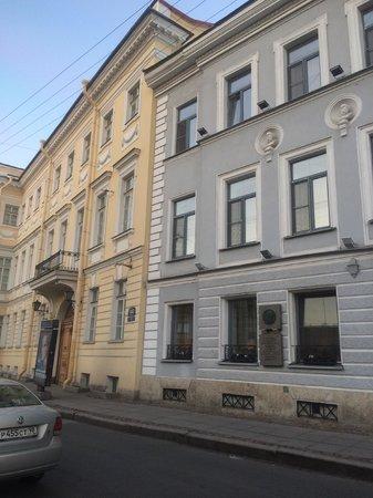 Pushka Inn Hotel : Серое здание - Отель Пушка Инн, слева - квартира-музей Пушкина.