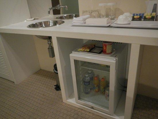 Hotel Innotel: Sink outside of bathroom