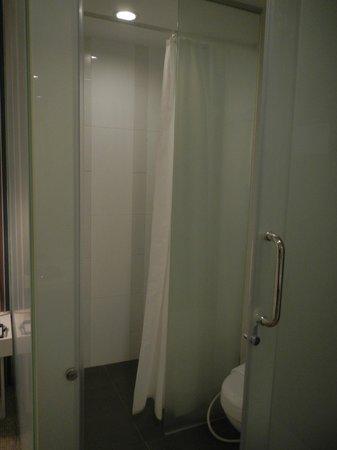 Hotel Innotel: Shower