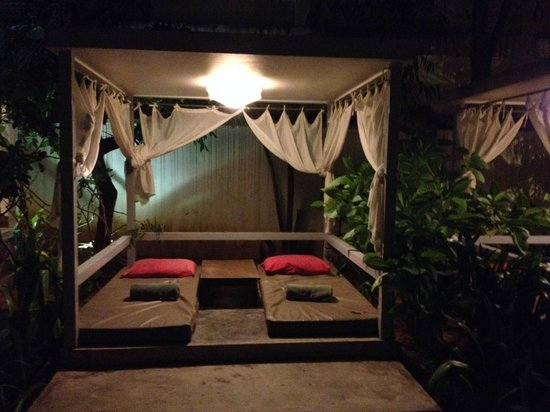 The Plantation Urban Resort and Spa: Cosy pool cabana equipped with fan.