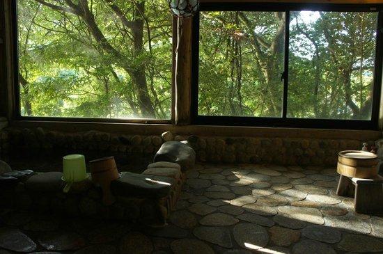 "Lodge Yaedake Sanso : the ""river side"" bath"