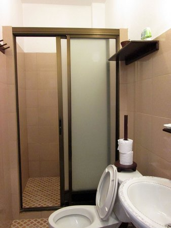 Avalon Hotel: アバロン ホテル(シャワー・トイレ)