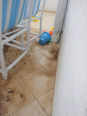 Marhaba Salem : Dirty water from pipe