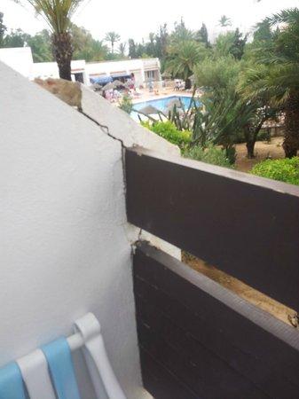 Marhaba Salem : Crumbling unsafe balcony