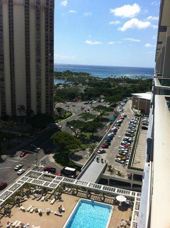 Ala Moana Hotel: View looking from balcony towards beach