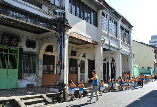 Malabar Inn: Kids in town