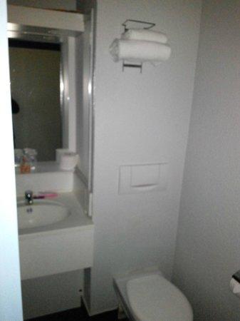 Ibis Styles Meaux Centre: Bath Room