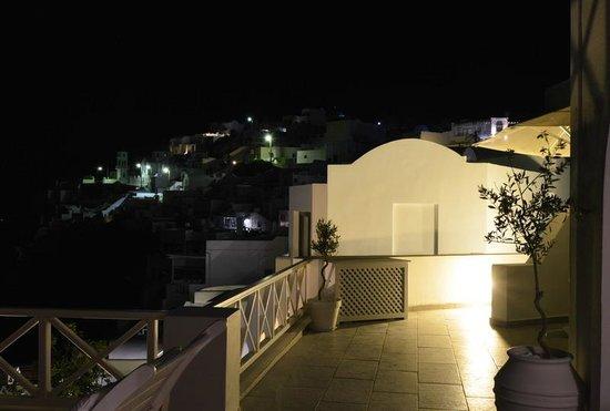 Avianto Suites: Вечером на террасе
