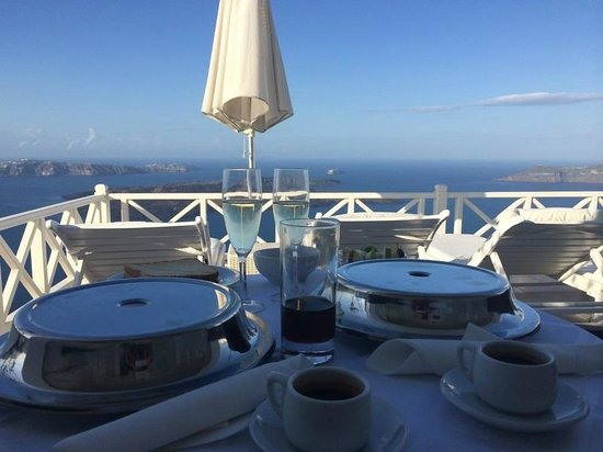 Avianto Suites: Завтрак на террасе