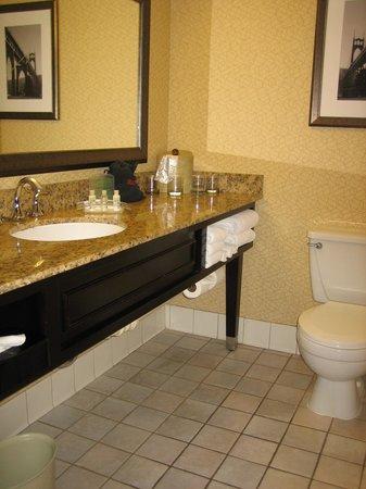 Holiday Inn Portland Airport (I-205): 洗面・トイレ・浴室
