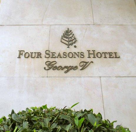 Four Seasons Hotel George V Paris: Entry