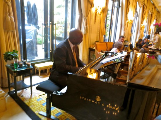 Four Seasons Hotel George V Paris: Soothing piano music
