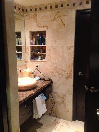 El Taj Oceanfront & Beachside Condos Hotel: Bathroom