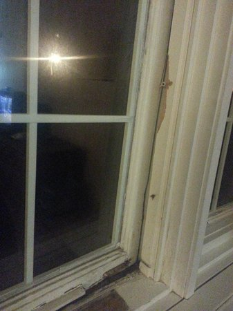 Travelodge Niagara Falls Bonaventure: broken window