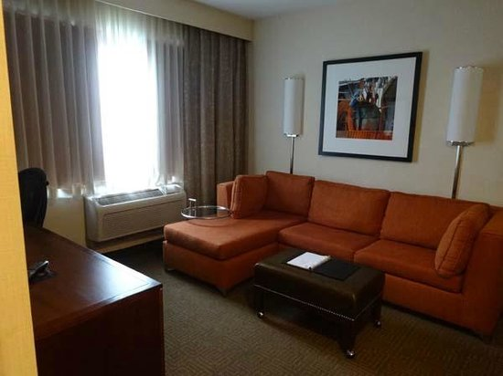Embassy Suites by Hilton Portland Maine: Living room
