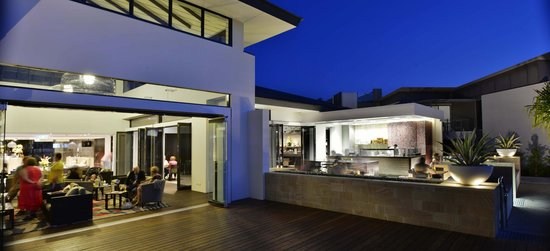 RACV Noosa Resort: Lounge, Bar terrace with wood-fired pizza oven