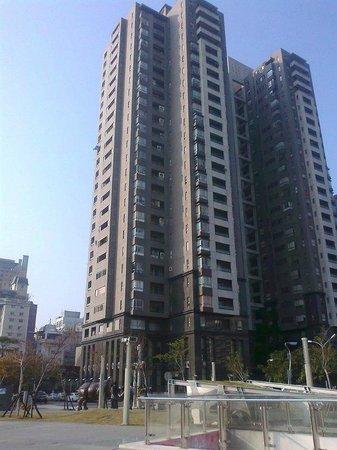 The Landis Taichung: площадь перед отелем