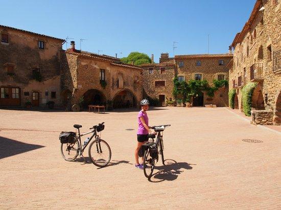 Arcs De Monells: Monells village square